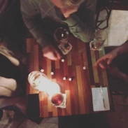Četri latvieši dzer fancy alu un uzminiet, kas vēl notiek